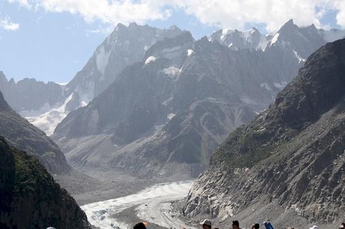 La Mer de Glace est un glacier de vallée alpin situé sur le versant septentrional du massif du Mont-Blanc, dans le département français de la Haute-Savoie. Il est formé par la confluence du glacier du Tacul et du glacier de Leschaux et s'épanche dans la vallée de l'Arve, sur le territoire de la commune de Chamonix-Mont-Blanc, donnant naissance à l'Arveyron. Le glacier s'étend sur sept kilomètres de long, son bassin d'alimentation possède une longueur maximale de douze kilomètres et une superficie de 40 km2, alors que son épaisseur atteint 300 mètres.  Au XVIIe siècle, le glacier, qui descend jusque dans la vallée et menace des habitations, est craint par la population, si bien que seule sa langue terminale est connue, sous le nom de glacier des Bois. Alors terminé par une grotte naturelle, il fait l'objet de nombreuses peintures. Son nom actuel lui est attribué en 1741 par William Windham lors de l'exploration qu'il mène avec son compatriote britannique Richard Pococke. Deux décennies plus tard, Horace-Bénédict de Saussure, futur instigateur de la première ascension du mont Blanc, réalise plusieurs observations du glacier et charge Marc-Théodore Bourrit de le promouvoir. Il contribue ainsi à l'essor du tourisme alpin et à la visite de nombreuses personnalités des lettres ainsi que de l'aristocratie ; des scientifiques y mènent des expériences au XIXe siècle. Pour les abriter, trois refuges, de plus en plus grands et confortables, sont successivement construits au Montenvers. Au début du XXe siècle, le chemin de fer du Montenvers, au départ de Chamonix, voit le jour. Au milieu du siècle, une grotte de glace est percée pour la première fois dans la Mer de Glace. En raison du succès de l'attraction, un téléphérique est mis en service en 1961 pour y accéder, puis remplacé par une télécabine en 1988. Depuis 1973, une centrale hydroélectrique souterraine exploite les eaux de fonte du glacier.
