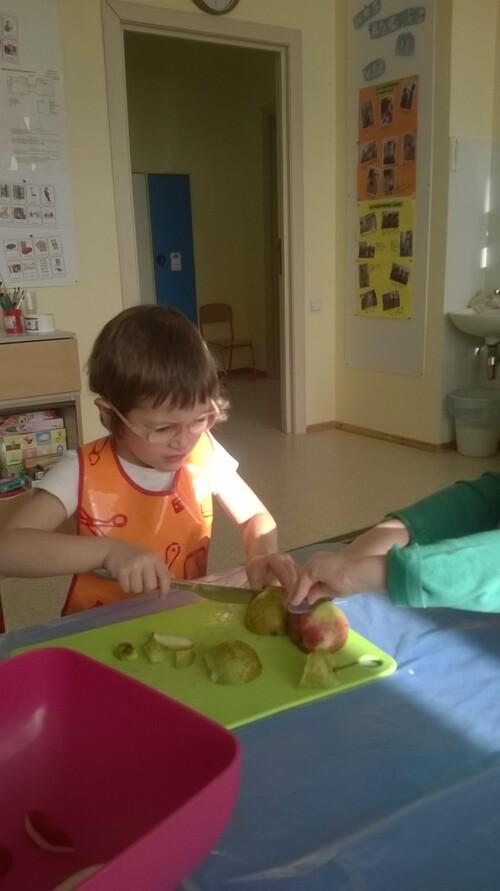 Puis on découpe les fruits en morceaux ou en rondelles