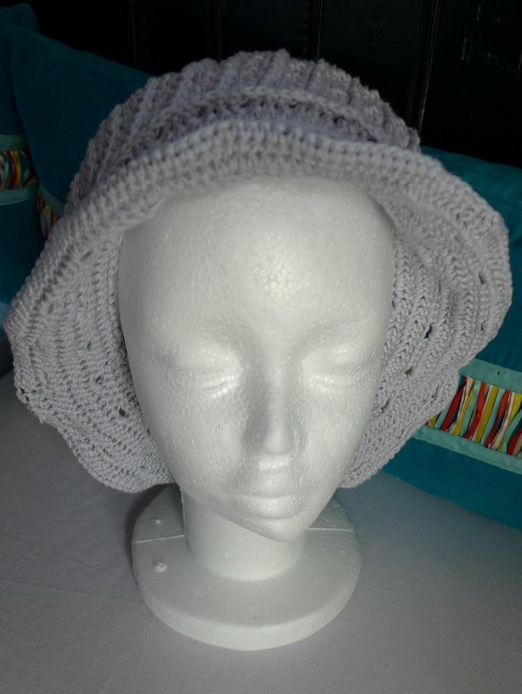 Un chapeau gris perle, en coton...