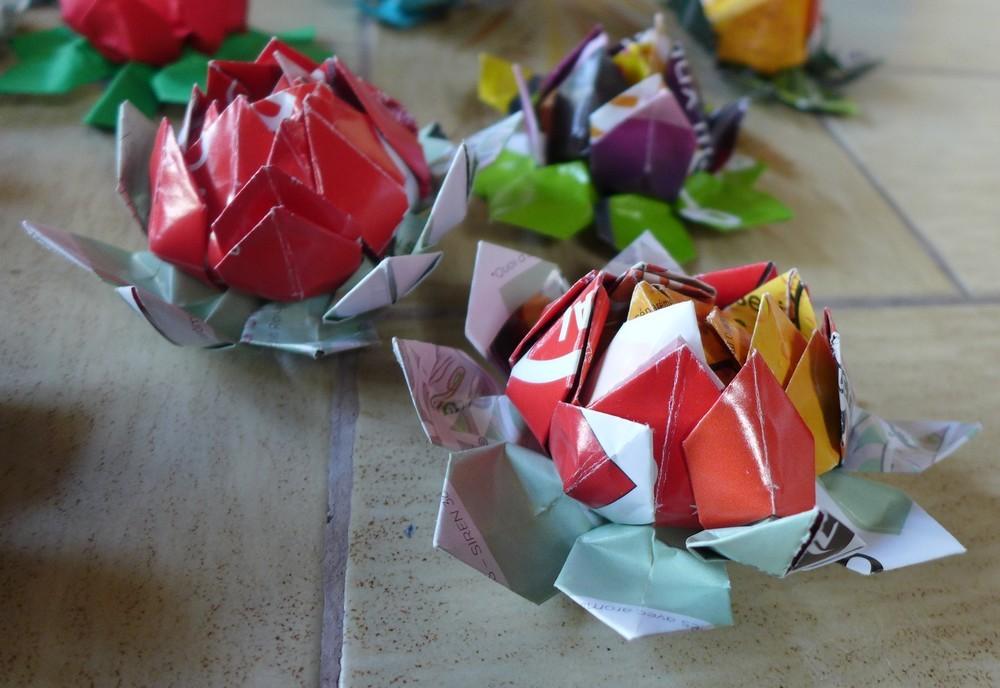top fleurs de lotus en origami modulaire with origami. Black Bedroom Furniture Sets. Home Design Ideas