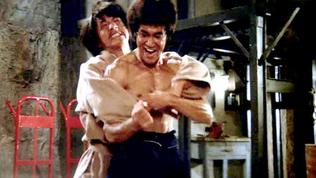 Beaucoup de fans auraient aimé voirBruce LeeetJackie Chanpartager l'affiche d'un même film, mais la mort prématurée du Petit Dragon en 1973 ne l'a pas permis. Les deux stars du cinéma d'arts martiaux ont néanmoins pu s'affronter à deux reprises au cinéma, puisque Jackie Chan était figurant sur les filmsLa Fureur de Vaincreet Opération Dragon, au cours duquel il a même été accidentellement blessé à la tête par un coup de bâton.