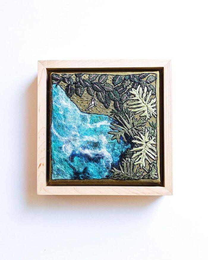 Des paysages marins idylliques fabriqués avec de la broderie capturent la sérénité d'une journée sur l'eau