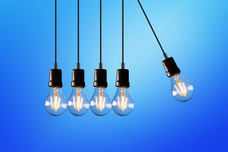 Image représentant le karma - des ampoules qui s'entrechoquent à la façon d'un pendulier