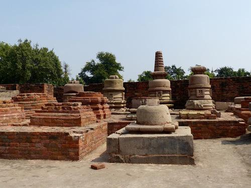 le temple bouddhiste Mulagangha Kuty Vihara; un musée extérieur a été construit;