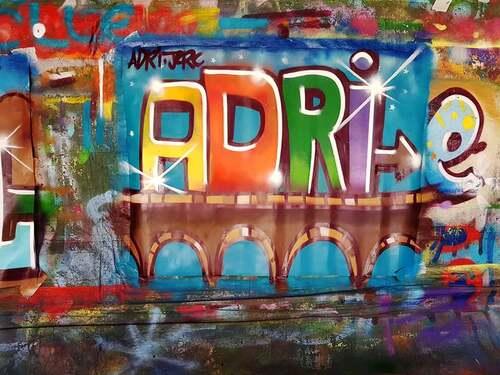 atelier graff initiation au maniement de la bombe de peinture avec des jeunes de St Drézéry (34) Réalisation d'oeuvres sur affichettes. Avril 2018