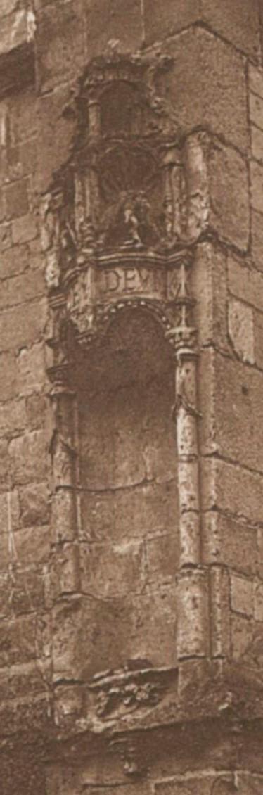 Ham - Le Beffroi - détail de la façade - devise (La Picardie historique et monumentale. Tome VI)