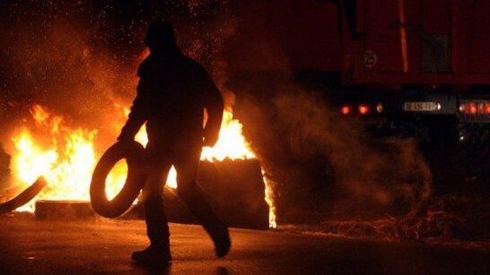 Des feux on été allumés à l'aide de pneus et de bottes de paille © B Le Grand / PQR