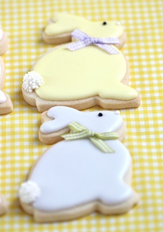 Easter Bunny Cookies, Easter decorated cookies, Easter food ideas #2014 #Easter #Day #recipe #food #dessert #ideas www.loveitsomuch.com: