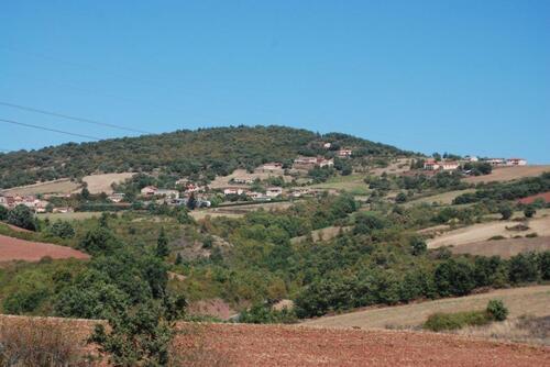 collines couvertes de bois ou de champs cultivés ou fraichement labourés