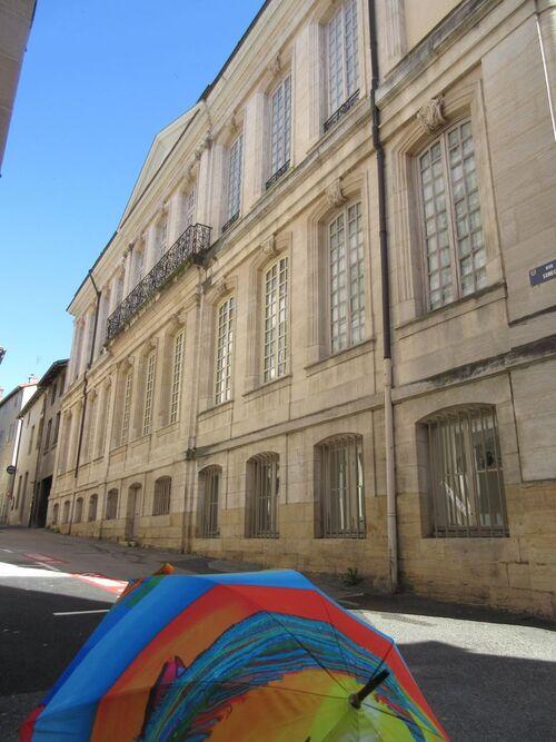 Parapluies au musée suite