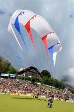 L'image contient peut-être: une personne ou plus, ciel, foule, nuage, stade et plein air
