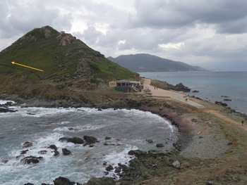 L'isthme et (flèche jaune) le sentier du retour