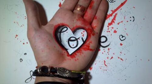 Dessin et peinture - vidéo 1596 : Un anamorphisme hyperréaliste - Le coeur sur la main.