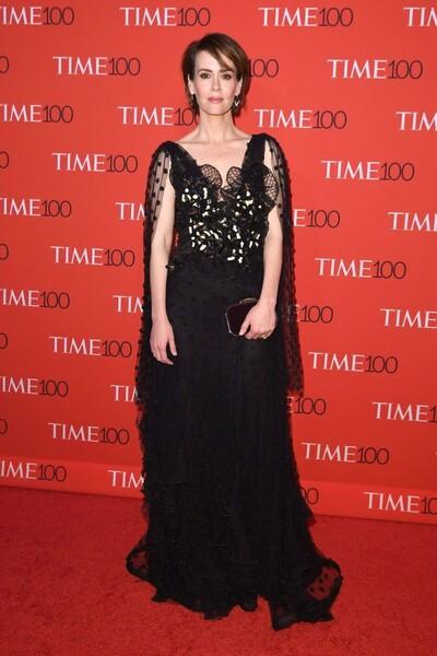 Sarah Paulson en une robe de soirée noire florale