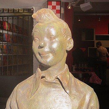 la statue en bronze de tintin est la première à 'humaniser' le personnage. elle