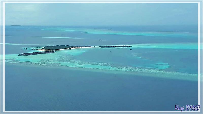 Dernier regard , à travers le hublot, sur l'îlot Moofushi - Atoll d'Ari - Maldives