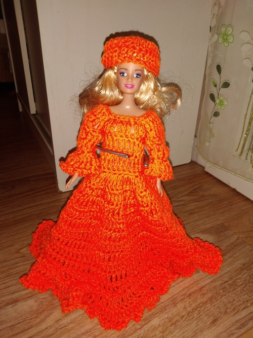 La robe et son chapeau couleur orange au crochet
