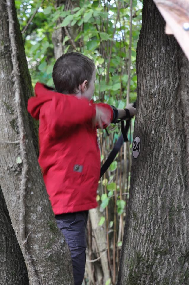 L'image contient peut-être: une personne ou plus, personnes debout, arbre, enfant et plein air