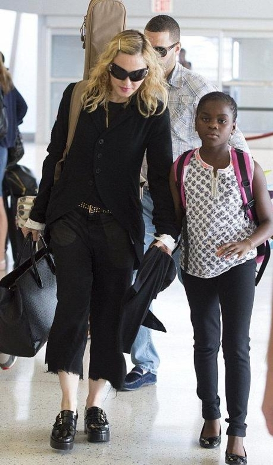 20140629-pictures-madonna-new-york-jfk-airport-01