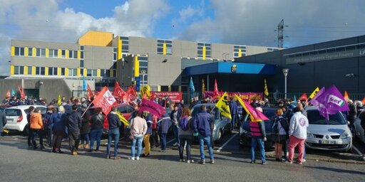 Après le boulevard Montaigne, les manifestants se sont réunis à la plateforme de tri de Kergaradec. Le rassemblement, d'une centaine de personnes, regroupe plusieurs syndicats. Il est prévu jusqu'à 13