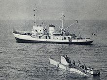 Photographie noir et blanc de l'aviso Élie-Monnier, avec le FNRS3 au premier plan