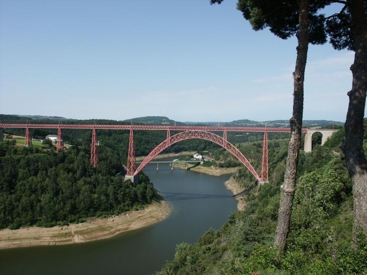 Le viaduc de Garabit est un ouvrage ferroviaire situé sur cette commune, qui permet à la ligne de Béziers à Neussargues (ou ligne des Causses) de franchir les gorges de la Truyères, affluent du Lot. - Ruynes-en-Margeride