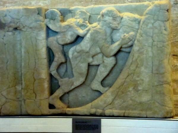 Paestum,métope illustrant le supplice Sisyphe