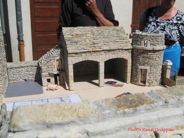De ravissantes constuctions en pierre, vues par René Drappier à Poinçon les Larrey...