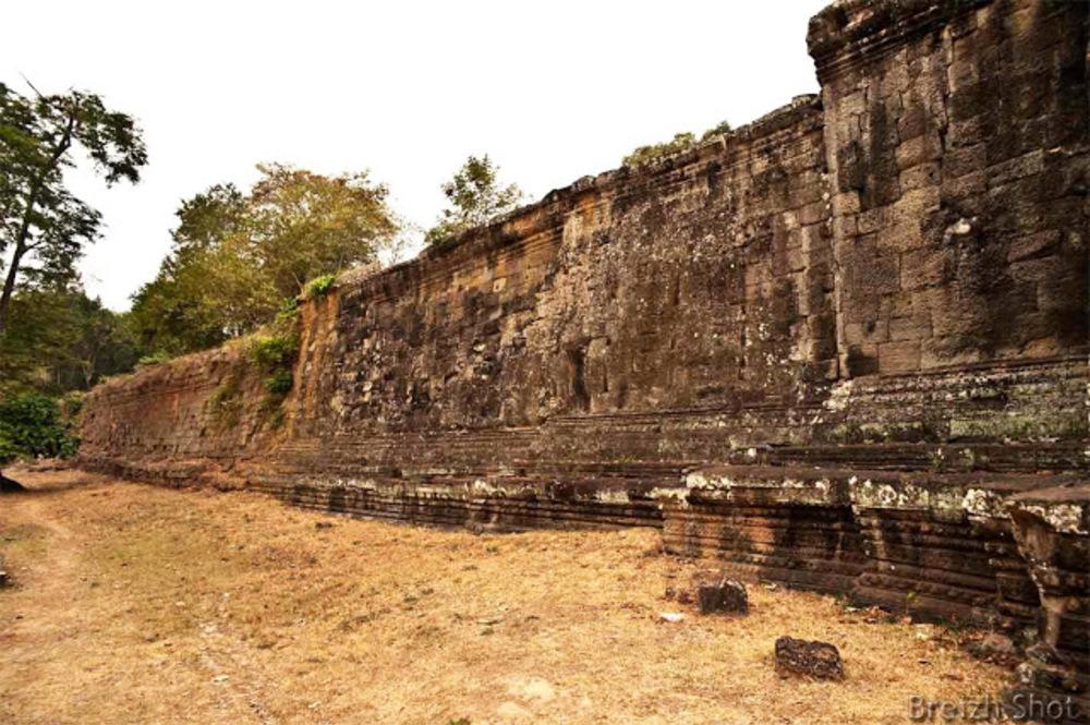 Angkor Thom : Un mur d'enceinte en latérite