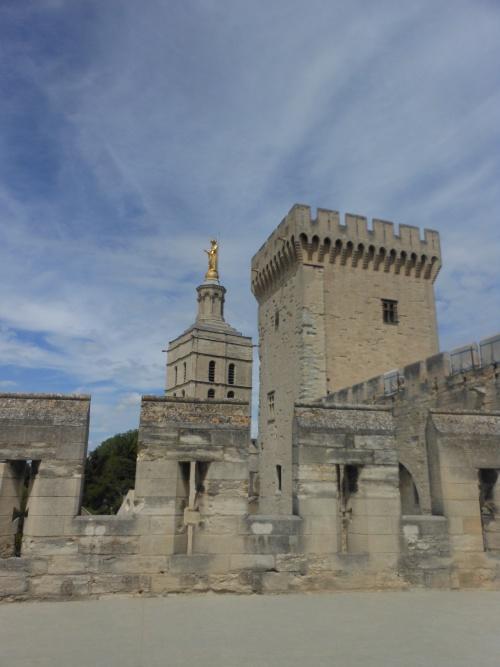 Sur le pont d'Avignon, on y danse, on y danse...