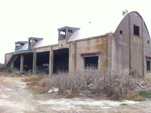 Bateau échoué, céréales et béton - Camargue