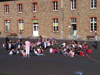 les élèves réunis sur la cour forment une fleur