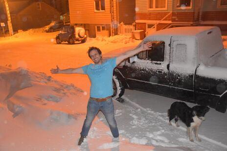L'image contient peut-être: 1 personne, sourit, neige et plein air