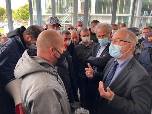Hier déjà, Fabrice Loher, président de l'agglomération de Lorient, avait échangé avec les grévistes.