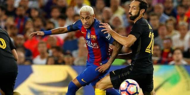 Football - Championnat d'Espagne - Neymar n'a rien pu faire à Juanfran.  (Reuters)