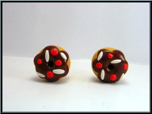 Boucles d'oreille donuts au chocolat en pâte fimo.
