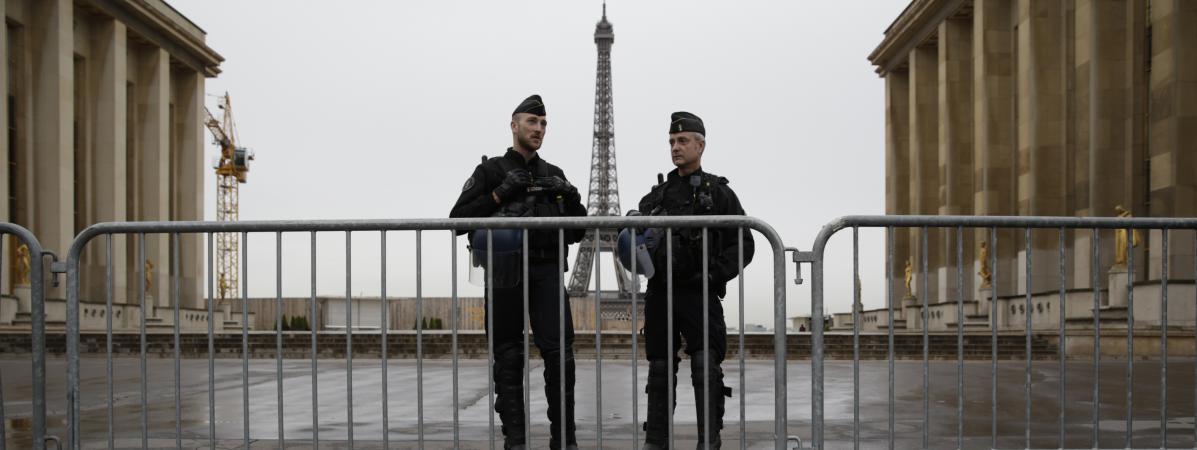 Des policiers patrouillent devant la tour Eiffel, à Paris, le 14 avril 2016.