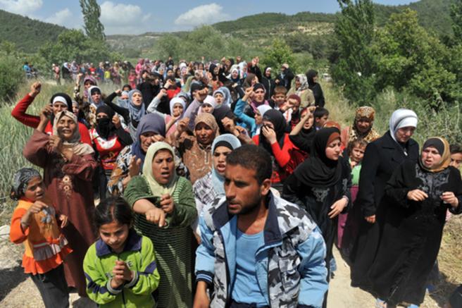 Des réfugiés syriens manifestent à la frontière turque  Shutterstock l Thomas Koch