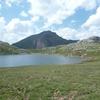 En longeant la rive Est du ibón de Estanés (lac d\'Estaens)