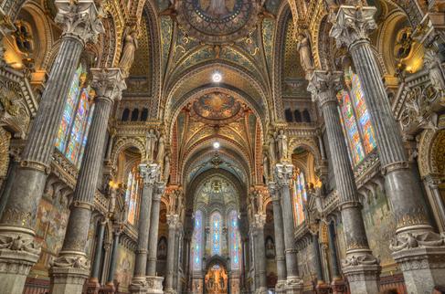 Photographie couleur de la nef vers le chœur de la basilique de Fourvière