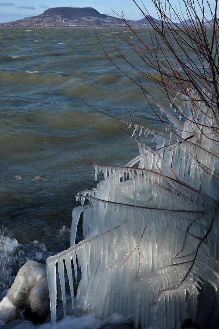 Les températures glaciales et les vents violents ont transformé le lac Balaton merveilleux hivernal