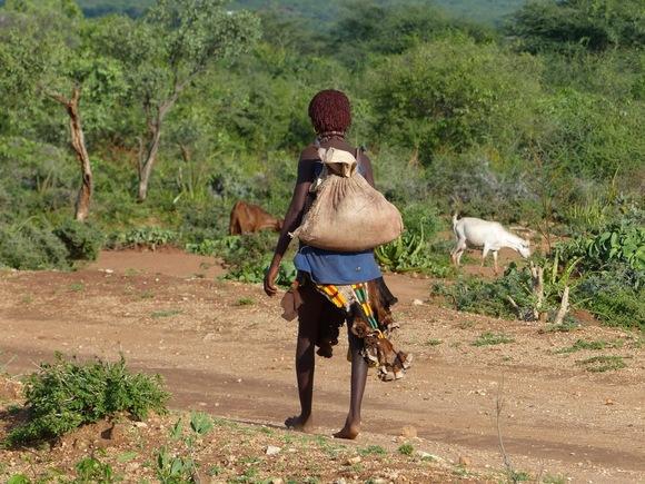 une femme de la tribu Hamar rentre du marché hébdomadaire