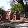 cimetière orné de petit temple.JPG