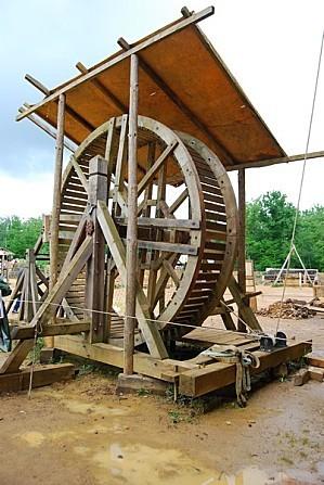 Guédelon roue pour monter les matériaux
