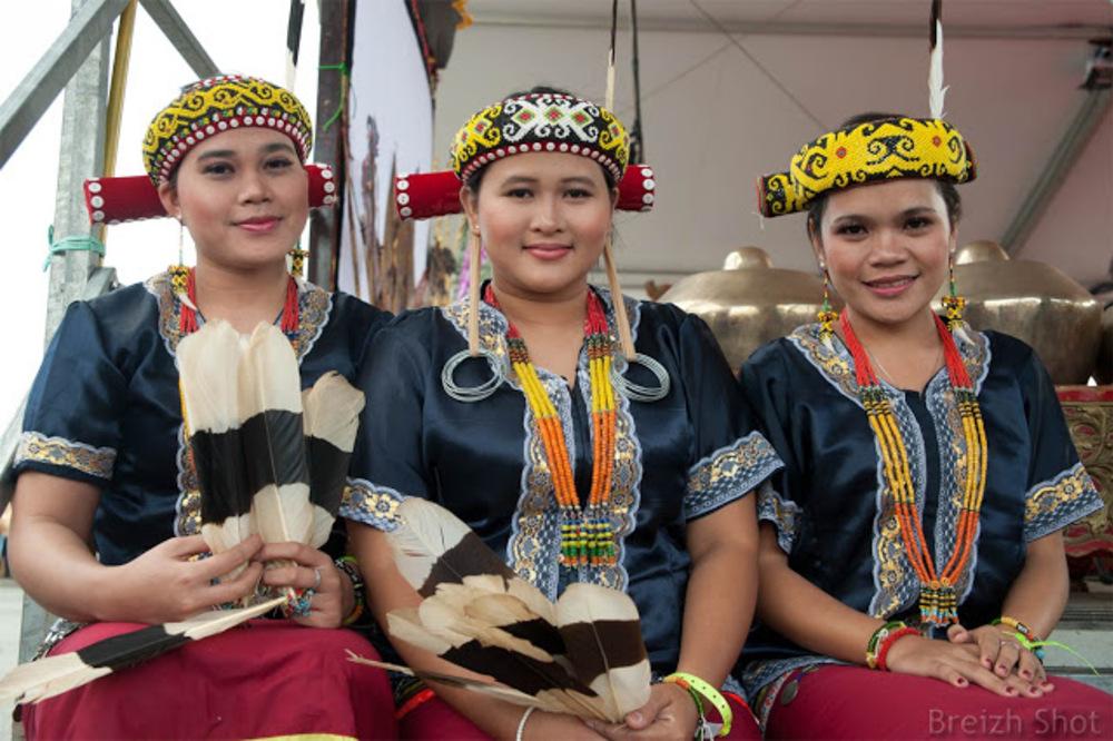 Tonnerres de Brest 2012 - Portrait de danseuses Dayak aux Tonnerres de Brest 2012
