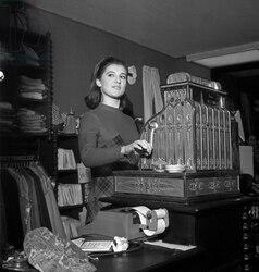 1966 : LA ROBE A PLASTRON ROUGE