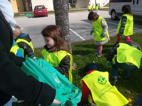 Ramassage des déchets aux alentours de l'école