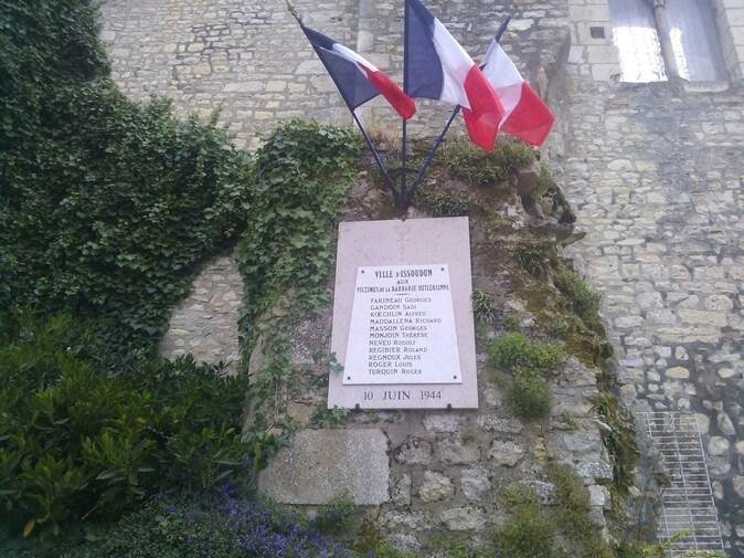 La plaque portant les noms des victimes.