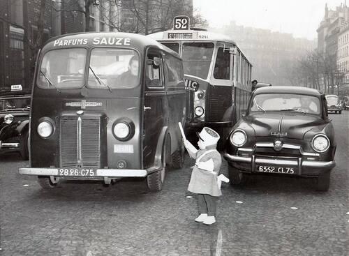 PARIS en 1954 .Quelle belle photo d'époque