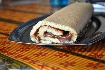 Biscuit roulé au praliné et pralin, ganache au chocolat